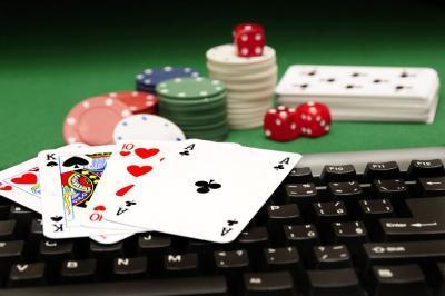afbeelding speelkaarten op toetsenbord online gokken